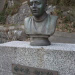 法華堂裏には赤木圭一郎さんの像があります。