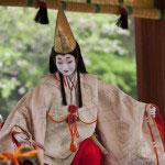 義経を想って舞った静御前を偲んで春の鎌倉まつりにて行われる静の舞。本殿前の舞殿にて行われます。