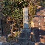 頼朝の墓へと至る道には明治時代、荒廃していた墓地を整備した島津家ゆかりの石碑が建立されています。