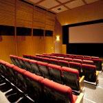 映画会社の試写室を彷彿とさせる映写室。鎌倉と映写室というなんとも誘惑的な空間。