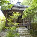 明月院。北条時頼墓所前にあるお堂。
