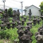 光明寺にある江戸時代の磐城平藩主・日向延岡藩主である内藤家歴代の墓。迫力があります。