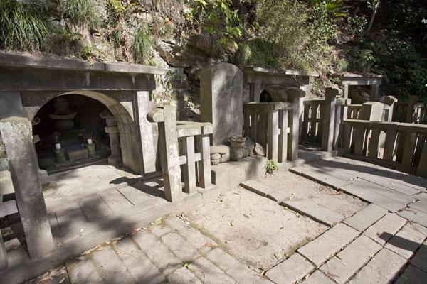 源頼朝の墓へと登る階段の手前にある細い道を右手