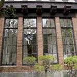 煉瓦と格子窓、2階部分の幾何学模様がよくあいます。鎌倉の古い洋館は腐食防止のために鉄の窓枠や格子をアルミにしてしまうケースなどが散見されますが、これはそのまま本物です。雰囲気抜群。