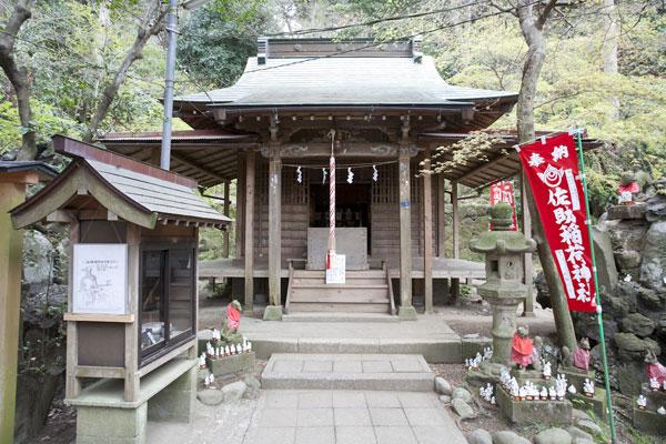 この段には拝殿とともに霊狐泉などもあります。