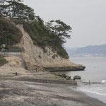 新田義貞が剣を海へと投じると潮はひき、ここから渡り鎌倉へと攻め込みました。左手に海浜公園が見えています。