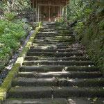 境内にある秋葉神社へと登る階段。滑らかに削られた石は鎌倉石でしょうか。