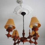 天井の装飾と照明。