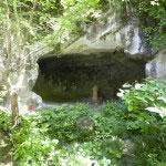 明月院やぐら(羅漢洞)。やぐらは鎌倉時代に多く造られた洞窟墳墓。明月院のやぐらは間口7m、奥行き6m、高さ3mと現存する鎌倉時代のやぐらとしては最大級です。もともとは1160年の平治の乱で戦死した山ノ内俊道の菩提を供養したものといわれています。