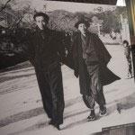 鎌倉文士たちの写真。若宮大路を歩く大佛次郎(左)と小林秀雄(右)。昭和25年。