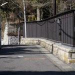 川喜多映画記念館前の道。かつての板塀が再現されています。鎌倉の人ならだれでも知っている美しい板塀でした。