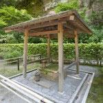 開山堂の側にある瓶ノ井。見る事はできませんが内部が水瓶のように膨らんでいることから名付けられたそうです。今でも名水をわき出す現役の井戸です。