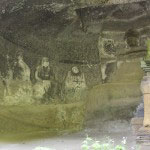 明月院やぐら内の仏像。中央の釈迦如来、多宝如来を十六羅漢が囲みます。中央には明月院の中興、上杉憲方をまつる宝篋印塔があります。
