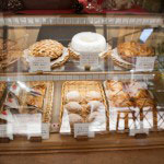 ケーキやパイもおすすめです。壁には焼き菓子などが並んでいます。