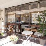 金沢街道沿い、岐れ道の近くにあるベルグフェルドカフェ。隣がパンとお菓子のベルグフェルド本店です。