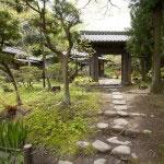 庭内に移築された日本家屋、旧松崎邸和館。