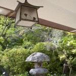 館内から望む庭園。改築にあたっては旧川喜多邸の装飾品が活かされました。このランプもそのひとつ。