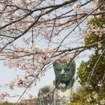 参道の右側に大きな桜があるので、季節には桜と大仏様のカットが情報誌などによく載っています。