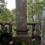 産女霊神、福子霊神の墓碑。