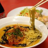 黒ごま担々麺(800円)とえびマヨ(780円)。