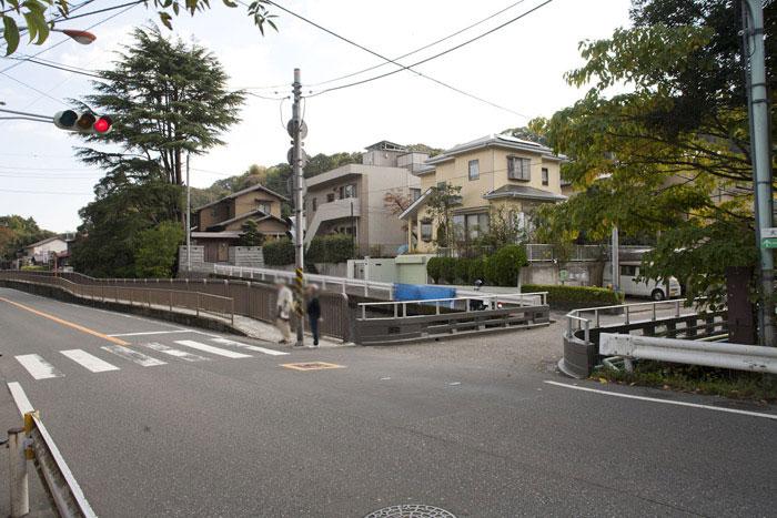 杉本寺の前あたりから撮った写真です。目の前は六浦道(金沢街道)、右手に犬懸橋が見えます。六浦道(金沢街道)を真っすぐいくと十二所方面へ、手前に戻ると八幡宮方面、橋を渡って進むと田楽辻子の道へと進みます。