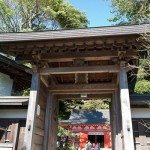 入口の門、奥に本殿が見えます。