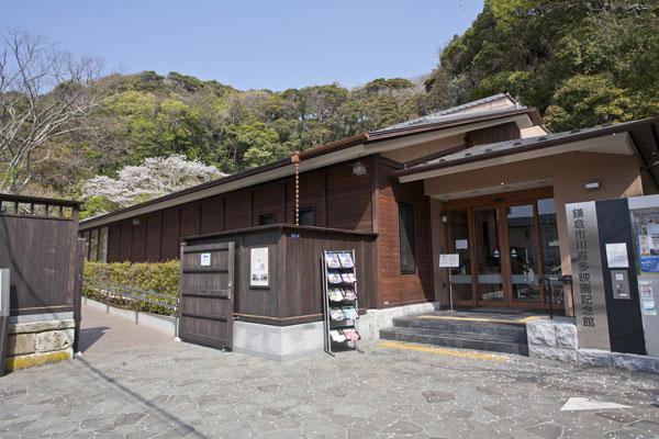 鶴岡八幡宮三ノ鳥居から北鎌倉方面へと進み、小町通りへと至る道に入ってすぐ右手に折れ窟小路に入るとすぐ川喜多映画記念館が見えてきます。