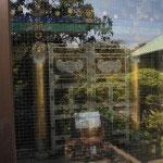 英勝寺の祠堂。英勝院の位牌を祀ります。風雨を凌ぐ建物の中にあり、ガラス越しに見ることができます。