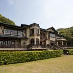 広々とした庭園に風格漂う鎌倉文学館(旧前田侯爵家別邸)3階建ての豪華な建物。庭園にはバラ園があり、春と秋には色とりどりのバラが楽しめる。