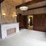 2階部分。長方形模様のしきり板や壁紙が特徴的です。