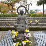 千体地蔵。水子や先亡諸霊のために奉納されたものです。3月と9月の18日には彼岸会が奉修されます。