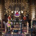本堂内。御本尊の釈迦三尊像と三宝祖師。