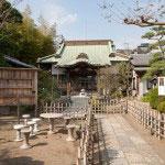境内。正面に本堂、左手に弘法大師像があります。