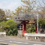 小動神社の反対側。朱の門が目印です。