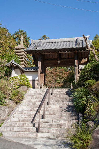 覚園寺山門。写真撮影禁止のため、ここから奥は撮れません。