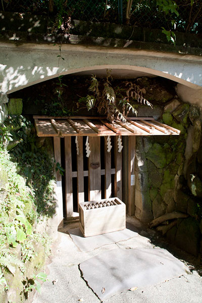 護良親王が幽閉された土牢。二段岩窟になっており、深さ約4メートル、広さは4メートル四方です。建武元年11月より翌2年7月23日迄の約9か月間、ここに幽閉されました。