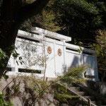 護良親王幽閉土牢の前にある白壁と門。菊の御紋にとても凄みがあります。