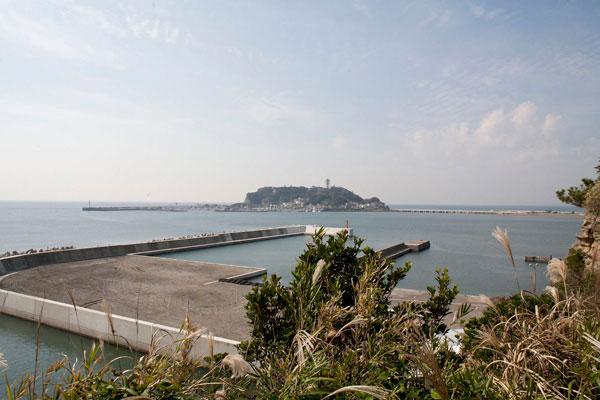 小動神社の見晴台からの展望。江之島がすぐそこにあります。