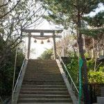 参道を少し歩くと二の鳥居です。心地よい長さの参道と階段がとてもよいです。