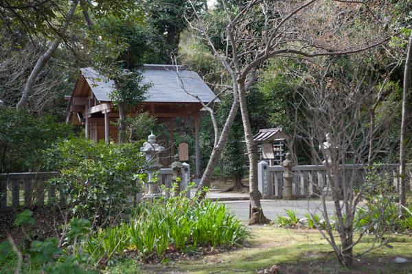 森々とした葛原岡神社の本殿。