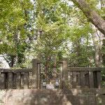 鳥居を出て源氏山公園方面に少しいくと日野俊基墓がある。
