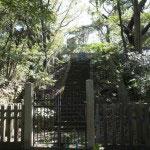 階段を登りきったところに墓があります。