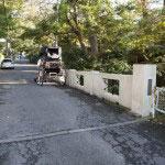 東勝寺橋。まっすぐ行くと東勝寺跡、腹切りやぐら、祇園山ハイキングコースがあります。途中右折すると衣張山を抜けるとても小さいトンネルがあり、散策におすすめの抜け道です。
