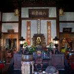 本堂内部。中央が御本尊の釈迦牟尼仏、右が夢窓国師像、左が千手観音。