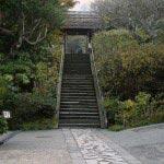 東慶寺はちょうど線路と道路を挟んで円覚寺の反対側あたりにあります。駆け込み寺として有名です。