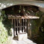 荏柄天神社の近くには大塔宮(鎌倉宮)があります。写真は護良親王が幽閉されたという土牢。