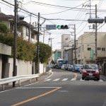 宝戒寺を出たら右折し、金沢街道を真っすぐ下ります。雪ノ下をすぎたあたりに写真の大御堂橋信号があります。ここを右に曲がると田楽辻子の道。多少遠回りですが、静かで良い道です。大通りの車の騒音を避けるなら、田楽辻子の道か鎌倉宮のあたりから鎌倉市立第二小学校に抜ける道です。