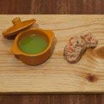 朝穫れグリーンピースのスープとズワイガニのタルタルのカナッペ。