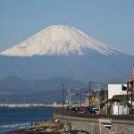 同じく稲村ケ崎から海岸線と富士山。