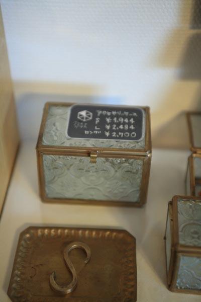 真鍮とガラスのアクセサリーケース。S 1,944円、L 2,484円、ロング 2,700円。